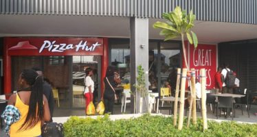 PIZZA HUT REVIEW: Awesome Customer Service But Bad Pizza—Burnt Vegetables & Rice Pudding-Like Pizza